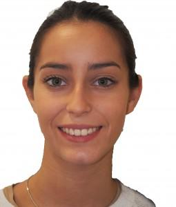 La paciente, al terminar el tratamiento combinado de cirugía ortognática y ortodoncia.
